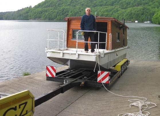Hausboat natažená voj